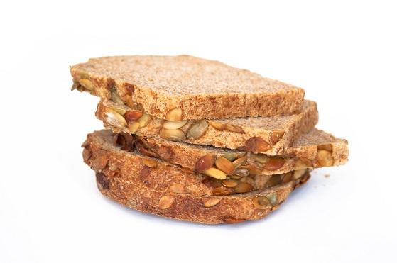 fatias de diferentes tipos de pães integrais que são sem glúten